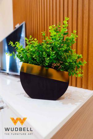 A miniature standout flower pot